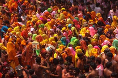 Photo pour Mathura,Inde - 28-03-2013 :Festival holi traditionnel. Holi Festival est une célébration religieuse d'une sorte de «évangile». Les gens célèbrent de rafraîchissement, de fertilité et de printemps à venir - image libre de droit