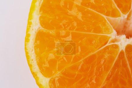 Photo pour Tranche d'orange fraîche sur fond blanc - image libre de droit