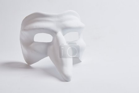 Photo pour Masque vénitien blanc sur fond blanc - image libre de droit
