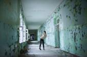 Dívka s piercingem v korzet v chodbě