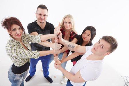 Photo pour Groupe de jeunes debout ensemble - image libre de droit