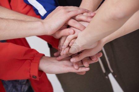 Photo pour Groupe de personnes avec les mains mettant en place un gros plan - image libre de droit