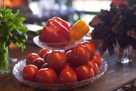 Photo pour Légumes frais dans une assiette - image libre de droit