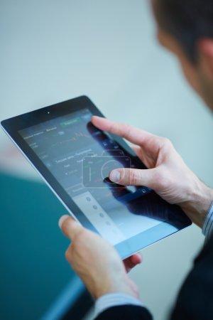 Photo pour Homme d'affaires tenant tablette numérique close-up - image libre de droit