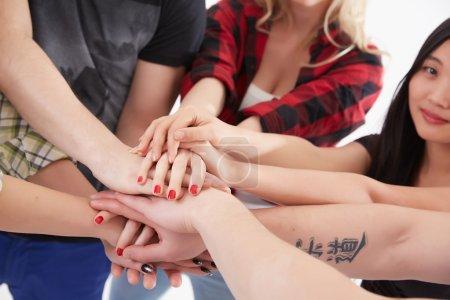 personas con las manos en círculo