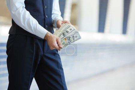 Foto de Joven empresario con billetes de dinero - Imagen libre de derechos