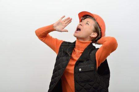 Photo pour Travailleur de la construction femelle dans un casque crie haut et fort - image libre de droit