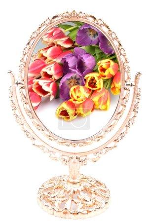 Photo pour Bouquet de fleurs tulipes se reflètent dans le vieux miroir doré sur un fond blanc - image libre de droit