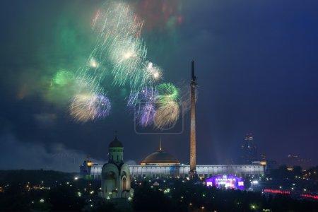 Photo pour Feux d'artifice sur la colline de Poklonnaya le jour de la Victoire - image libre de droit