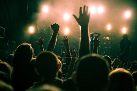 Photo pour La foule du festival lève les mains en l'air . - image libre de droit