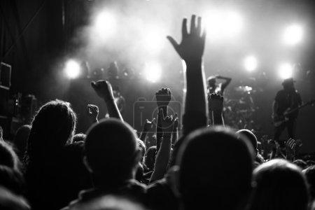 Photo pour Photo noir et blanc d'une foule de festivals de musique. - image libre de droit