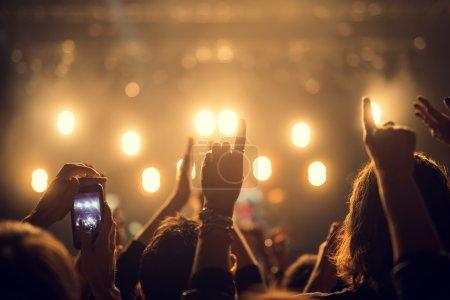 Photo pour Foule festival heureux, levant leurs mains en l'air. - image libre de droit
