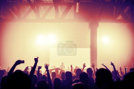 Photo pour Concert / foule discothèque acclamations à la famouse Dj. Aucun peuple reconnaissable - image libre de droit