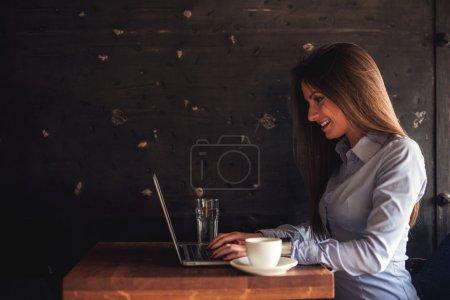 Photo pour Femme attrayante tapant sur un clavier d'ordinateur portable . - image libre de droit