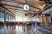 Madrid, Španělsko - 28 května 2014: interiér letiště madrid, odjezd čekání árie
