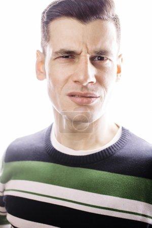 Photo pour Portrait d'un jeune homme intelligent et sérieux debout sur fond blanc. Concept émotionnel pour geste close up - image libre de droit