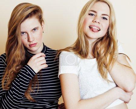 Photo pour Concept de mode de vie et les gens : mode portrait des deux copains des filles sexy chic, sur fond blanc. Heureux temps pour s'amuser. couchait souriant - image libre de droit