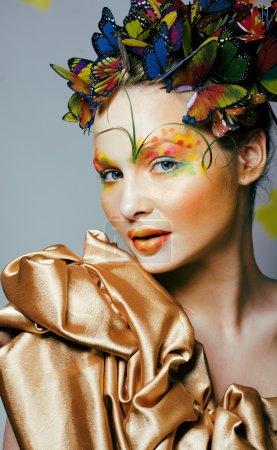 Photo pour Femme avec été créatif maquillage comme fée papillon gros plan fond de couleur vive, printemps concept à venir - image libre de droit
