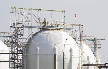 Photo pour Réservoirs de stockage sur une superficie de raffinerie de pétrole et de gaz - image libre de droit
