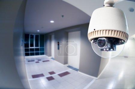 Photo pour Caméra de surveillance ou de surveillance fonctionnant en copropriété avec perspective d'oeil de poisson - image libre de droit