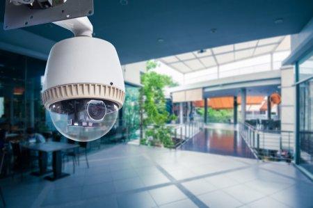 Photo pour Caméra de surveillance à l'intérieur d'une station ou un grand magasin - image libre de droit