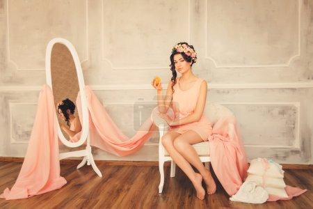 Photo pour Jeune belle femme dans un intérieur vintage de luxe. Reflété dans un miroir - image libre de droit