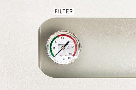 Foto de Industrial circle thermometer or manometer with temperature gauge. Arrow on zero. Indoors close-up. - Imagen libre de derechos
