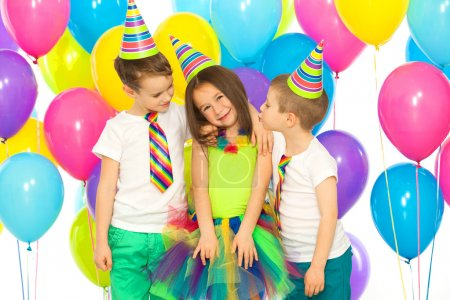 Foto de Grupo de niños poco alegres que se divierten en fiesta de cumpleaños. Concepto de vacaciones. - Imagen libre de derechos