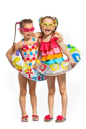 Enfants heureux dans les anneaux de maillot de bain et gonflable