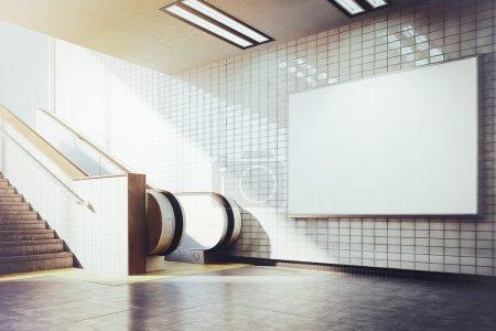 Photo pour Métro de maquette blanc anglo-saxon avec escalator - image libre de droit