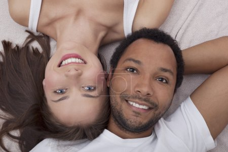 Photo pour Amour couple interracial - image libre de droit