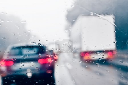 Photo pour Conduite par mauvais temps sur une autoroute - embouteillage - image libre de droit