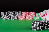 Král, eso, černé, červené a zelené kasino čipy na stůl