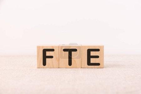 Photo pour FTE concept de mot écrit sur une table lumineuse et fond clair - image libre de droit