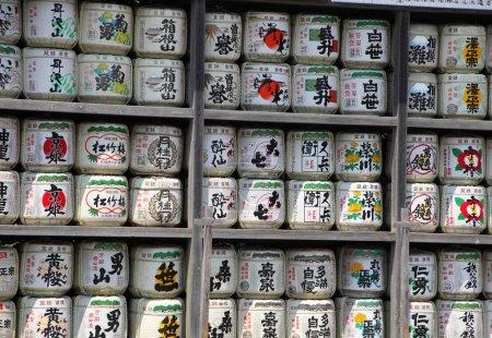 Photo pour KAMAKURA, JAPON - 5 AOÛT 2015 : Stack of Japanese wine (sake) barrels at a shrine on August 5, 2015 in Kamakura, Japan. Les Japonais donnent du vin aux temples et aux sanctuaires en offrande pour les Dieux . - image libre de droit