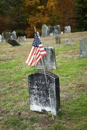 Photo pour Un drapeau pour un héros de guerre américain dans un cimetière - image libre de droit