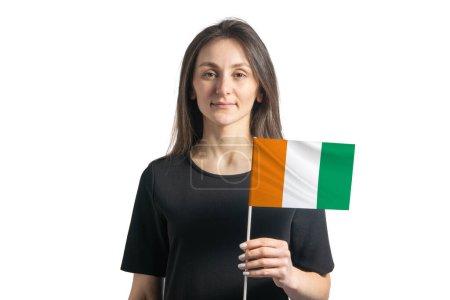 Photo pour Joyeux jeune fille blanche tenant Cote d Ivoire drapeau isolé sur un fond blanc. - image libre de droit