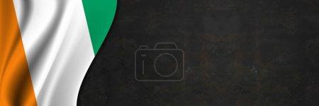 Photo pour Drapeau de Côte d'Ivoire sur mur de béton. Bannière avec texture tissu du drapeau de C te d'Ivoire. - image libre de droit
