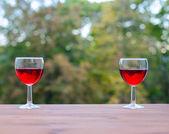 Strany venku dvě sklenice vína