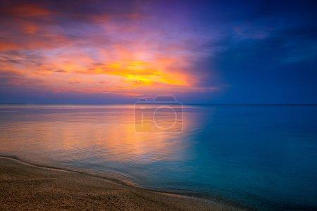 Photo pour Lever du soleil sur la mer et la plage - image libre de droit