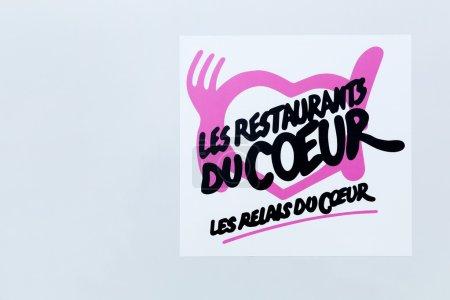 Photo pour Lyon, France - 27 septembre 2015 : Les Restaurants du Cœur sont une français'organisme de bienfaisance, dont l'activité principale est de distribuer des colis alimentaires et des repas chauds aux nécessiteux. Il a été fondé par l'humoriste Coluche en 1985. - image libre de droit