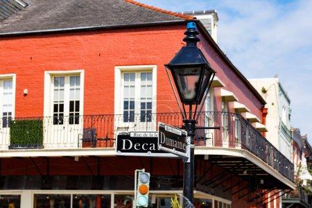 Photo pour Panneaux routiers et architecture du quartier français de la Nouvelle-Orléans, Louisiane . - image libre de droit