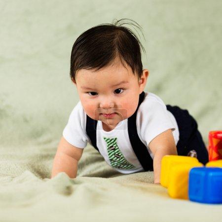 Photo pour Portrait hispanique mignon de bébé garçon . - image libre de droit
