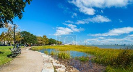 Photo pour Parc de bord de l'eau de mer dans le centre-ville de Charleston, Caroline du Sud. - image libre de droit