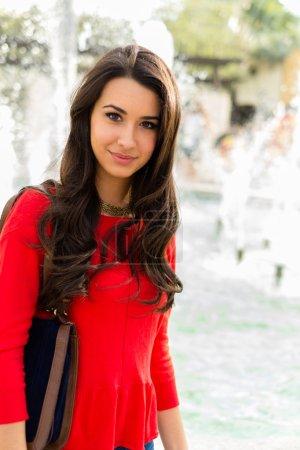 Foto de Hermosa joven mujer multicultural retrato al aire libre . - Imagen libre de derechos