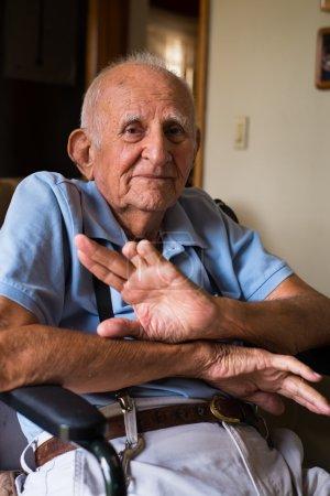 Photo pour Handicapés âgés de plus de 80 ans dans un cadre familial . - image libre de droit