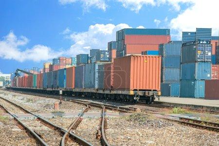 Plataforma de tren de carga con contenedor de tren de carga en el depósito