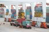 Nákladní kontejnerové nákladní loď s pracovní jeřáb načítání most i
