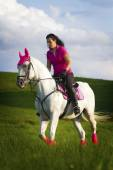 Mladá žena na koni lipizzaner Arabský kůň