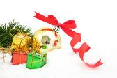 Pozadí vánoční stromeček s červeným ozdoba krabičky bobule